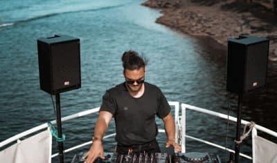 Un DJ devant la mer